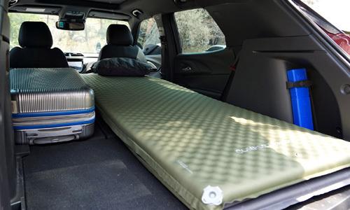 쉐보레의 소형 스포츠유틸리티차량(SUV)인 트레일블레이저에 매트를 깔고 차박을 준비한 모습. 쉐보레 제공