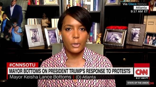 """케이샤 랜스 바텀스 미국 조지아주 애틀랜타 시장이 '흑인 사망' 시위와 관련해 31일(현지시간) CNN 인터뷰에서 """"트럼프 대통령은 그냥 말을 그만해야 한다. 그가 말을 하면 상황이 악화되기 때문이다""""라고 비판했다. 2020.6.1 CNN 캡처"""