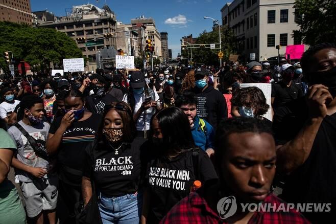 뉴어크 시내에서 행진하는 시위대 [로이터=연합뉴스]