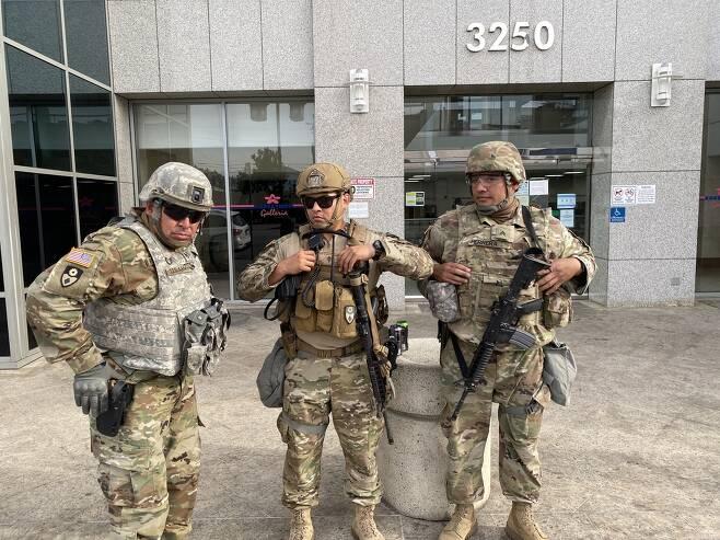 LA 한인쇼핑몰 앞에 투입된 주방위군 (로스앤젤레스=연합뉴스) 정윤섭 특파원