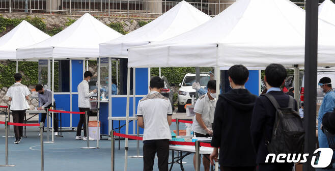 3일 오전 서울 종로구 중앙고등학교에서 학생들이 신종 코로나바이러스 감염증(코로나19) 선제조사를 받고 있다. 2020.6.3/뉴스1 © News1 황기선 기자