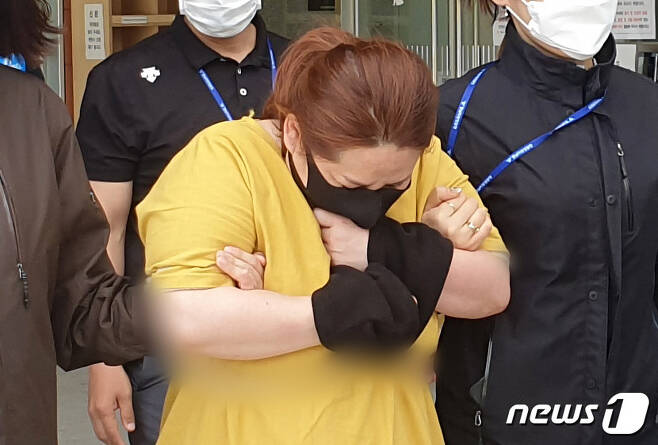 7시간 넘게 여행용 가방에 갇혀 있다 의식을 잃은 9세 남아가 끝내 숨졌다. 9세 의붓아들이 거짓말을 했다는 이유로 여행용 가방에 가둬 심정지 상태에 이르게 한 40대 계모가 지난 3일 오후 영장실질심사를 받기 위해 대전지방법원 천안지원으로 향하고 있다. © News1 김아영 기자
