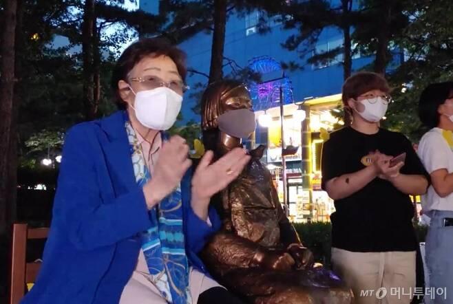 [서울=뉴시스]일본군위안부 피해자 이용수 할머니가 지난 27일 대구에서 열린 수요시위에 참석하고 있다. 이 행사는 이용수 할머니의 2차 기자회견 후 대구지역에서 처음으로 열린 수요시위였다. (사진=오마이뉴스 제공) 2020.05.28.   photo@newsis.com