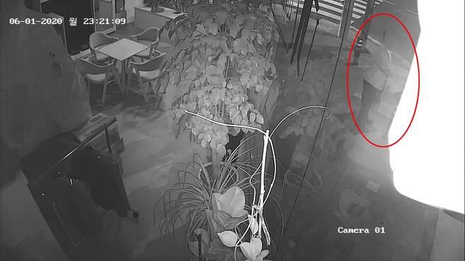 여성 성추행하는 모습이 CCTV에 찍힌 부산지검 부장검사 A씨 [독자 제공. 재판매 및 DB 금지]