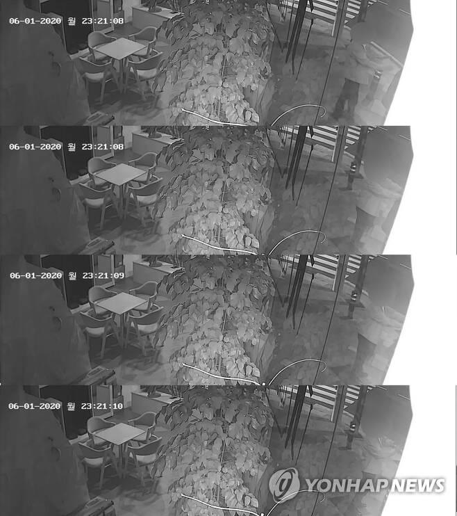 '여성 어깨에 두 손으로' 현직 부장검사 성추행 CCTV에 고스란히 포착 (부산=연합뉴스) 지난 1일 밤 부산 부산진구 양정동 한 횡단보도에서 부산지검 부장검사 A씨가 두손을 뻗어 여성 어깨를 추행하는 모습이 인근 CCTV에 고스란히 포착된 모습. 2020.6.5 [독자 제공. 재판매 및 DB 금지] wink@yna.co.kr