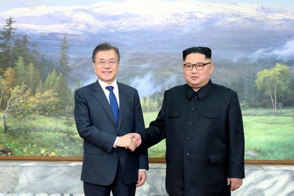 문재인 대통령과 김정은 북한 국무위원장이 2018년 5월 26일 오후 판문점 북측 통일각에서 만나 백두산 그림 앞에서 악수하고 있다. ⓒ청와대