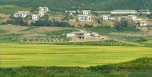 경기 파주시 오두산 통일전망대 너머로 북한 황해도 개풍군 마을이 보이고 있다. 파주=남정탁 기자