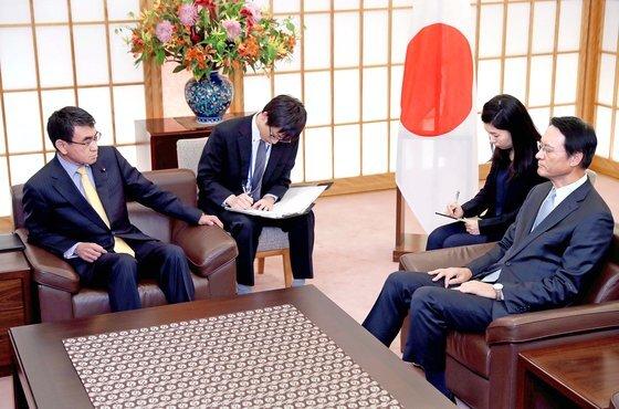 2018년 10월 30일 고노 다로 일본 외상(왼쪽)이 도쿄 외무성에서 이수훈 주일 한국대사(오른쪽)를 초치해 한국 대법원의 강제징용 배상 판결에 대해 항의하고 있다. [로이터=연합뉴스]
