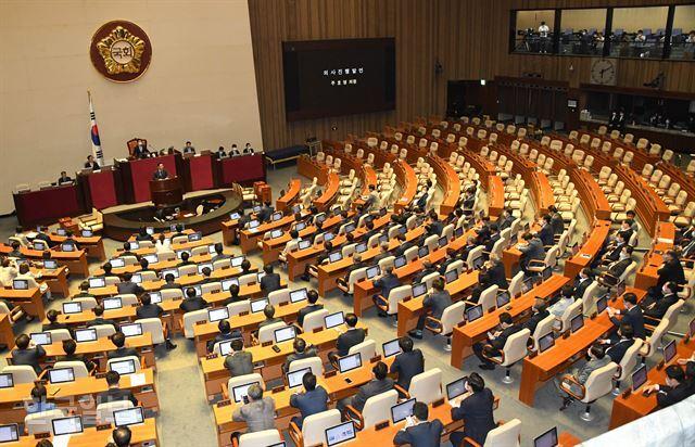 더불어민주당과 범여권 의원들이 15일 국회 본회의장에 참석한 가운데 법사위원장을 포함한 6개 상임위원장에 대한 선출을 앞두고 주호영 원내대표 만이 참석해 의사진행 발언을 하고 있다. 오대근 기자