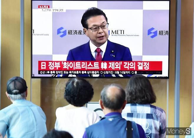 일본의 수출규제 이후 한국의 불화수소(에칭가스)의 대일(對日) 수입비중이 크게 줄어든 것으로 나타났다. 사진은 지난해 일본이 한국을 화이트리스트에서 배제한다고 발표하는 모습. /사진=임한별 기자