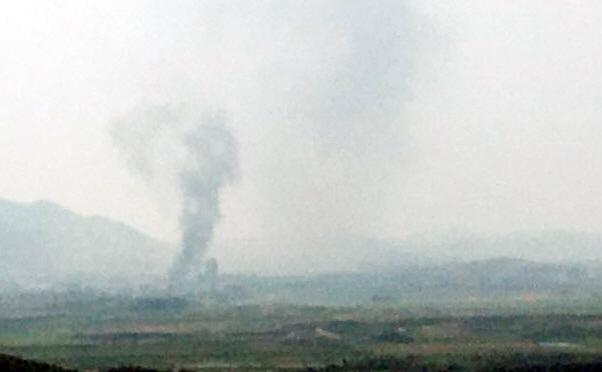 북한이 16일 오후 2시49분 개성 공동연락사무소 청사를 폭파한 것으로 알려진 가운데 검은 연기가 피어 오르고 있다./연합뉴스