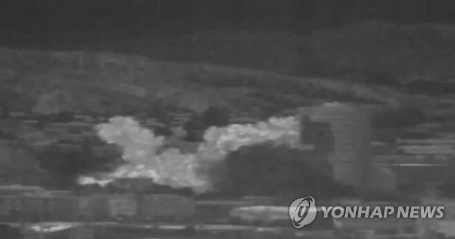 개성공단 남북공동사무소 폭파 순간 공개 (서울=연합뉴스) 북한이 개성공단 내 남북 공동연락사무소 청사를 폭파하는 순간이 공개됐다. 국방부는 이날 오후 우리 군의 감시 장비로 포착한 영상을 공개했다. 사진은 북한이 공동연락사무소를 폭파한 뒤 화염이 일어나고 있는 모습으로 연락사무소는 물론 주변 건물의 모든 시설물이 피해를 보는 모습을 확인할 수 있다. 2020.6.16        [국방부 제공. 재판매 및 DB 금지] hkmpooh@yna.co.kr