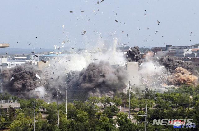[서울=AP/뉴시스]북한 조선중앙통신이 16일 개성공단 내 남북공동연락사무소를 폭파한 모습을 17일 보도했다. 2020.06.17.