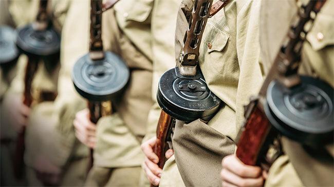 제2차 세계대전 당시 소련 보병의 근접전용 보조 화기였던 PPSh-41 기관단총. 한국전쟁 당시 북한군도 사용했는데 탄창의 모양이 똬리와 비슷하다고 해서 '따발총'으로 불렸다.