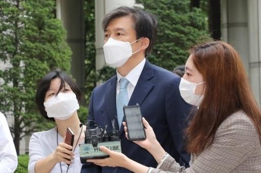 비리 혐의로 재판을 받고 있는 조국 전 법무부 장관이 법원에 출석하며 취재진의 질문을 받는 모습. 연합뉴스