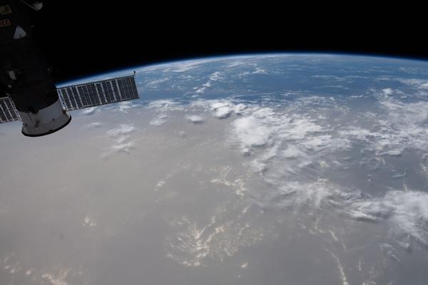 지난 21일 국제우주정거장에서 찍은 사하라사막발 먼지구름의 모습. 갈색 구름이 대서양과 캐리비안해 일대를 덮고 있다. UPI 연합뉴스