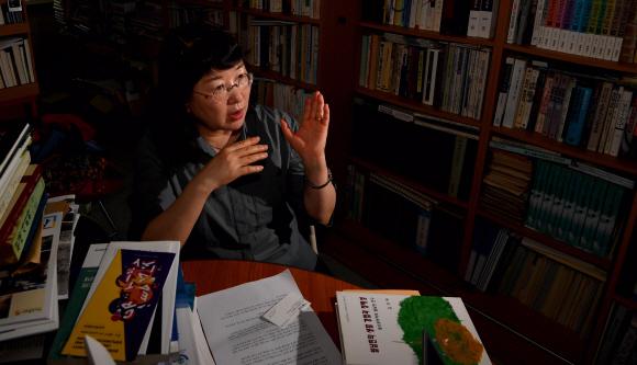 1996년부터 20여년간 한국군 위안부 문제를 연구한 김귀옥 한성대 사회학과 교수가 지난 23일 자신의 사무실에서 한국군 위안부의 역사에 대해 이야기하고 있다.박지환 기자 popocar@seoul.co.kr