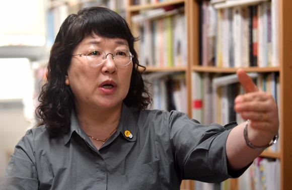 20여년간 한국군 위안부 문제 연구한 김귀옥 교수  - 김귀옥 한성대 사회학 교수가 지난 23일 자신의 사무실에서 한국군 위안부에 대한 진상조사가 필요하다고 말하고 있다. 박지환기자 popocar@seoul.co.kr