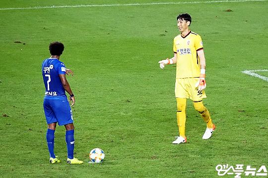 제주 유나이티드 오승훈 골키퍼(사진 오른쪽)(사진=엠스플뉴스)