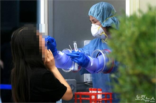 22일 서울 양천구 보건소 선별진료소를 찾은 시민들이 코로나19 검사를 받고 있다. (사진=이한형기자)