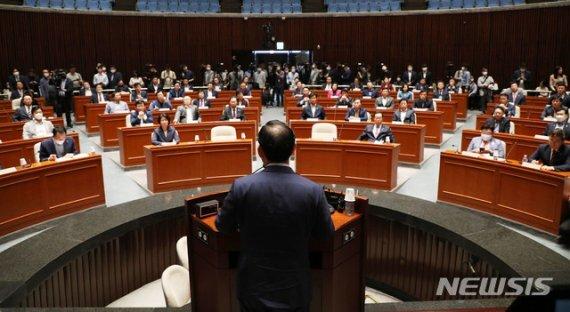 주호영 미래통합당 원내대표가 25일 서울 여의도 국회에서 열린 긴급 비상의원총회에서 발언을 하고 있다. 뉴시스