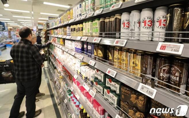 (서울=뉴스1) 성동훈 기자 = 7일 오후 서울 시내의 한 대형마트에 수입맥주가 진열돼 있다.   일본 맥주 수입액이 사실상 중단 수준으로 떨어졌다. 지난 4일 관세청에 따르면 지난 9월(잠정치) 일본 맥주 수입액은 6,000달러에 그쳤다. 이는 지난해의 0.1% 수준으로 일본 맥주는 불매 운동 이후 수입 맥주 국가 순위 1위에서 28위로 추락했다. 2019.10.7/뉴스1