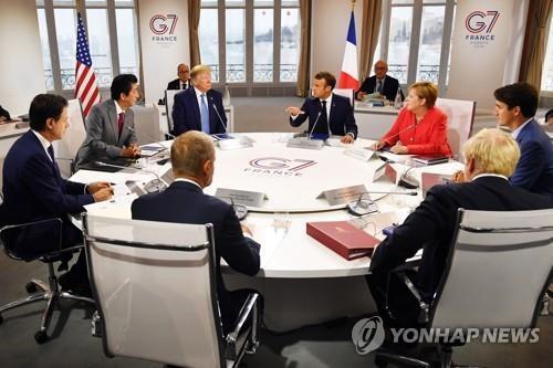 현지시간 2019년 8월 25일 프랑스 비아리츠에서 회의장에 모인 주요 7개국(G7) 정상들 [EPA=연합뉴스 자료사진]