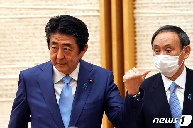 아베 신조 일본 총리(왼쪽)과 스가 요시히데 관방장관 <자료사진> © AFP=뉴스1