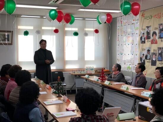 지난해 부산 감만복지관에서 한글을 배운 할머니들이 글을 쓰고 그림을 그려 책을 만들어 출판기념회를 하고 있다. 김용환 '작가의 탄생' 대표가 축하 인사를 하고 있다. 작가의 탄생 제공