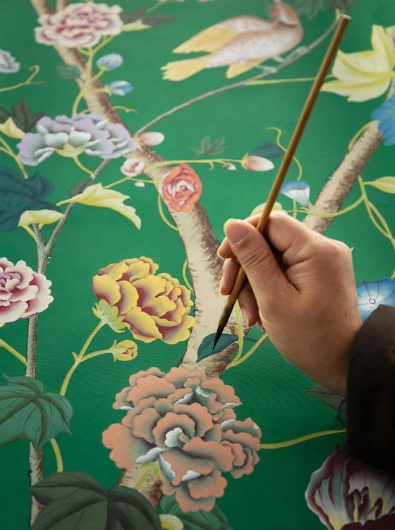 주문이 들어오면 수작업으로 그림을 그려 제작하는 드고네이 벽지. 금을 활용해 반짝임을 만들어내기도 한다. [사진 드고네이 홈페이지]
