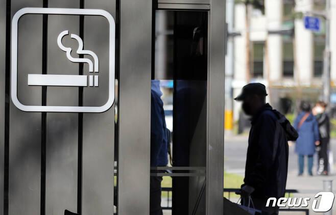 서울시내의 한 흡연부스 모습. 2020.4.5/뉴스1 © News1 이재명 기자