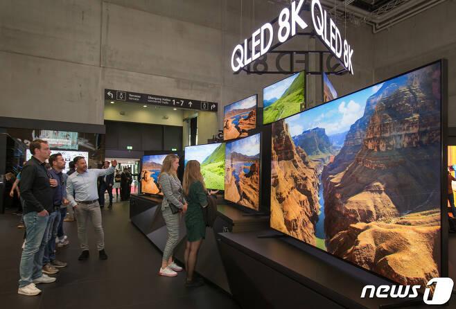 지난 9월 독일 베를린에서 열린 유럽최대 가전전시회 'IFA 2019' 에서 관람객들이 삼성전자의 QLED 8K TV를 살펴보고 있다. 삼성전자는 2017년 QLED TV 출시 이후 올해 상반기까지 글로벌 540만대 누적 판매를 기록, 제품 면적으로 환산시 5.478km²(약 166만평), 여의도 면적의 2배 크기라고 덧붙였다. (삼성전자 제공) 2019.9.22/뉴스1 © News1 유승관 기자