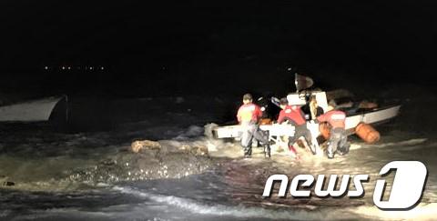 30일 오전 2시40분쯤 전남 해남 송호리 해수욕장 앞 해상에서 1.49톤급 어선 A호가 좌초돼 소방당국이 구조작업을 벌이고 있다.(완도해양경찰서 제공)2020.6.30 /뉴스1 © News1