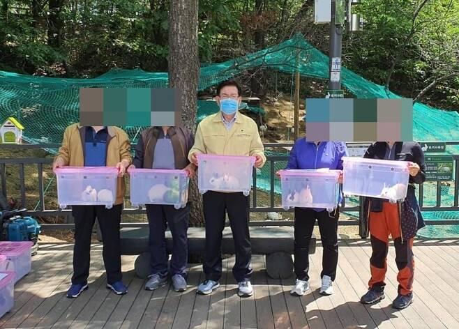 지난 5월20일 동대문구는 구민들을 대상을 토끼를 무료분양했다. 유덕열 동대문구청장(가운데)은 페이스북을 통해 토끼 분양을 홍보하기도 했다. 페이스북 갈무리