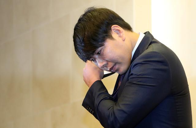 지난달 23일 사과 기자회견에서 마스크를 벗는 강정호. 연합뉴스