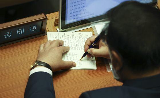 국회 운영위원장에 선출된 김태년 더불어민주당 원내대표가 29일 국회 본회의에서 인사말을 메모하고 있다. 임현동 기자