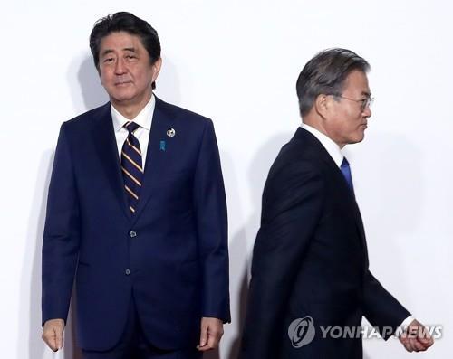 2019년 6월 28일 문재인 대통령이 일본 오사카에서 열린 G20 정상회의 공식환영식에서 의장국인 아베 신조(安倍晋三) 일본 총리와 악수한 후 이동하고 있다. [연합뉴스 자료사진]