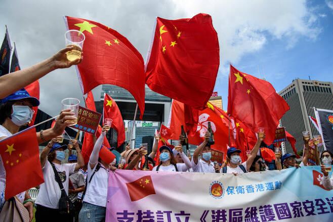 친중 시위대가 30일 홍콩 정부 청사 앞에서 홍콩 국가보안법 통과를 축하하고 있다.   사진=AFP