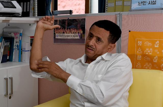 예멘 내전으로 삶의 터전을 잃고 2018년 5월 제주에 온 나집씨가 6월 12일 제주시 천주교제주교구 이주사목센터에서 6년 전 포격으로 생긴 팔의 상처를 보여주고 있다. 제주=서재훈 기자