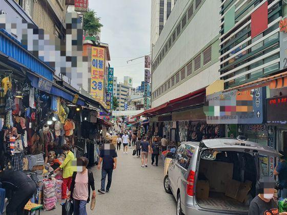 6월12일 오후 1시쯤 서울 남대문시장 거리의 모습. 코로나19 이전과 비교해 '매우 한산한 수준'이라고 상인들은 말했다. 이후연 기자