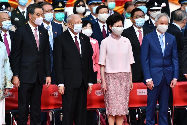 캐리 람(앞줄 오른쪽 두번째) 홍콩 행정장관 등 중국과 홍콩 인사들이 1일 홍콩주권반환 23주년 기념식을 진행하고 있다. /연합뉴스
