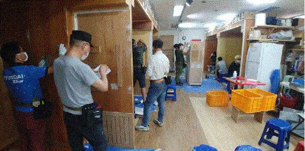 경기도 고양시 도배학원에서 수업을 듣는 수강생들. /이룸타일도배인테리어 학원