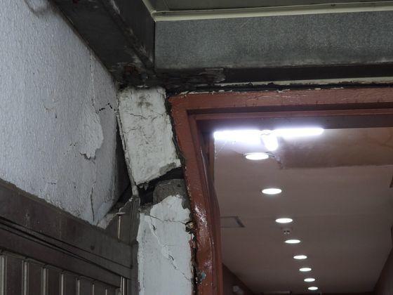 붕괴가 우려되는 인천중앙교회의 1층 철문 틀이 압력을 받아 찌그러지고 벽이 부서졌다. 강찬수 기자