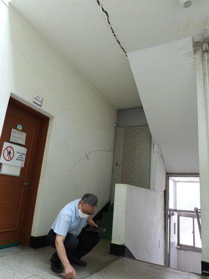 삼두 아파트 인근 인천 동구 인천중앙교회도 붕괴가 우려되고 있다. 이 교회 장로 김은상 씨가 계단의 균열을 살펴보고 있다. 강찬수 기자