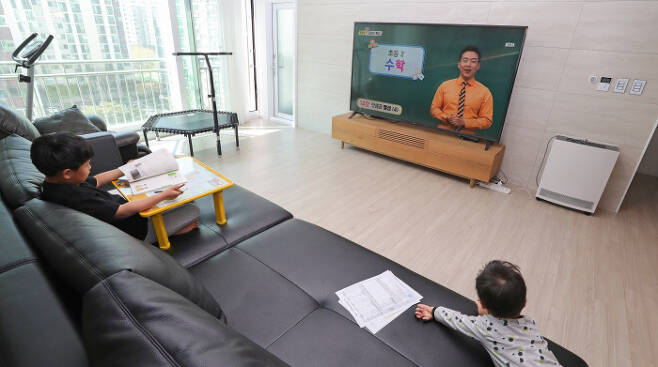 초등학교 2학년 이은찬 군이 경기도 구리시 교문동 소재 아파트에서 EBS를 통해 수업 교과 방송을 듣고 있다. 연합뉴스