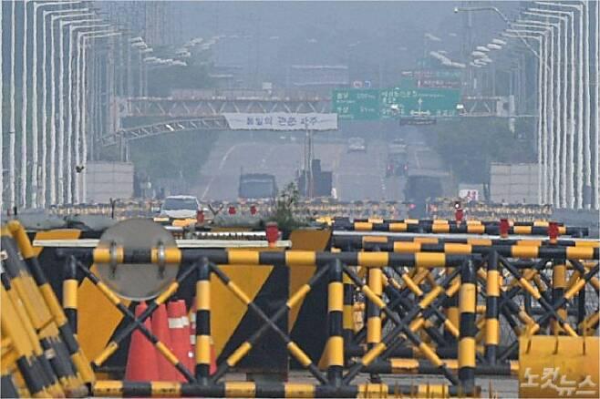 개성 남북공동연락사무소를 폭파했던 북한쪽 통일대교를 통과하고 있는 차량들의 모습. (사진=박종민 기자/자료사진)