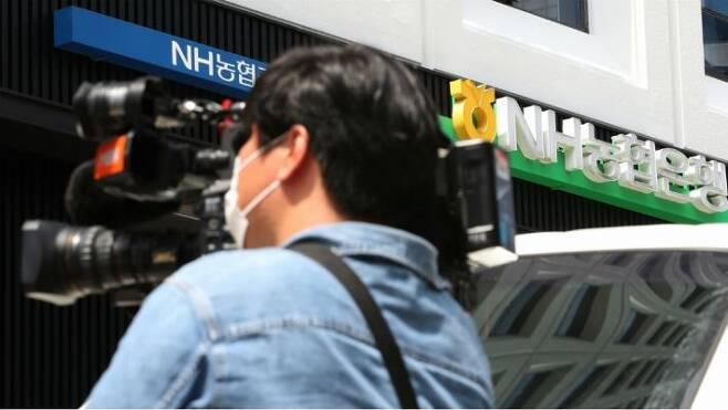 코로나19 확진자로 폐쇄된 NH농협은행 역삼지점. (사진=연합뉴스)