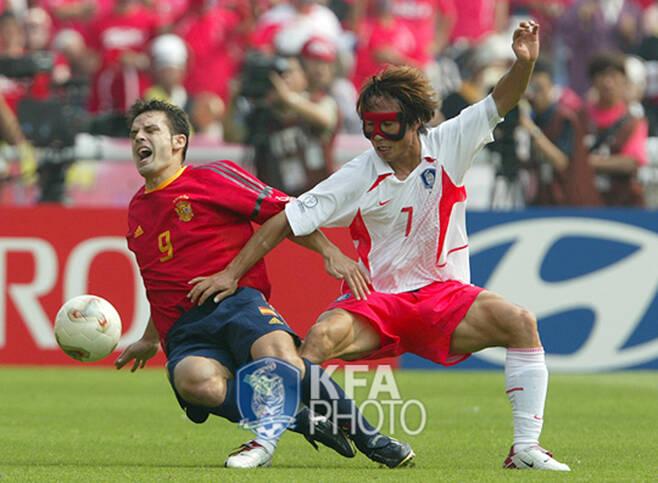 ▲ 2002 한일월드컵 스페인과 8강전에서 공격수 모리엔테스를 막고 있는 '마스크맨' 김태영(오른쪽) ⓒ대한축구협회