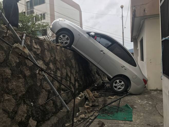 2m 아래로 추락한 승용차 [부산해운대경찰서 제공. 재판매 및 DB 금지]