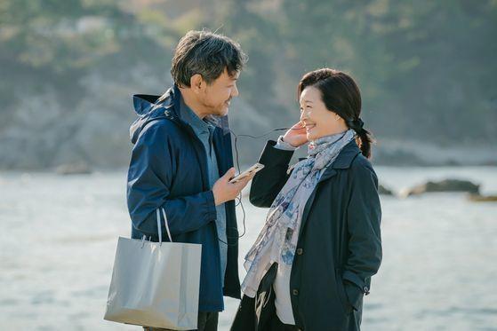 사고 전 이진숙(원미경)이 졸혼을 요구했던 사실을 잊은 그는 신혼 시절로 돌아가 한없이 달달한 사랑꾼 면모를 선보인다. [사진 tvN]